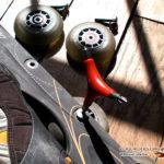 Outil pour démonter les roues de roller en action.