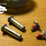 Visserie de roller disposant d'un frein filet rouge