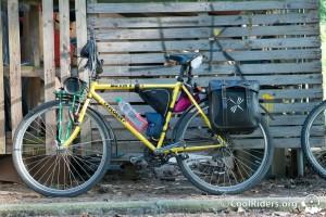 Vélo de voyage Muddy Fox Tange avec portes bagages et sacoches