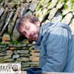 Etienne sur son chantier de maison de hobbit